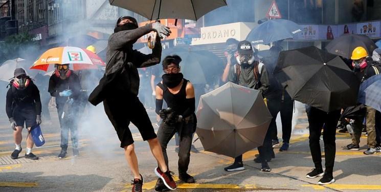 تبادل بمب آتش زا و گاز اشک آور میان معترضان و پلیس هنگ کنگ